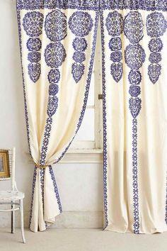 weiße Wandfarbe und Boden, Vorhänge in Weiß mit blauen Ornamenten