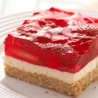 Strawberry Pretzel Squares – This classic summer dessert features a crunchy pretzel crust, a creamy center and a fresh strawberry and JELL-O Strawberry Flavor Gelatin topping. And it is YUMMY! Kraft Foods, Kraft Recipes, Pretzel Desserts, Köstliche Desserts, Yummy Treats, Sweet Treats, Yummy Food, Strawberry Pretzel Salad, Naked Cakes