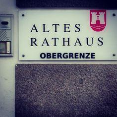 #streetart #linz #obergrenze #austria #lnz #linzpictures #refugees #winter #protest #hinweis #aufkleber #rathaus #politik #hauptplatz #fundstück #news #flüchtlinge #flucjt #grenze #pickerl