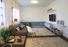 Enquanto o sofá é formado por dois módulos de 1,47 m de largura cada, no lugar de um rack há cinco prateleiras (duas alinhadas no alto e três enfileiradas embaixo) e dois armários de cozinha suspensos – instalados de ponta-cabeça, de modo a facilitar a abertura das portas basculantes.