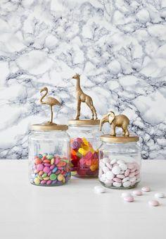 Sabe aqueles vidros que você guarda, mas nunca acha utilidade? Veja na Revista Westwing como transformá-los em potes decorados lindos e divertidos!