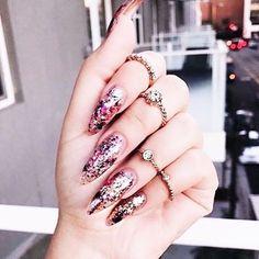 Glitter ✨😘💕 #glitter #jewelry #jewels #jewel #fashion #trendy #accessories #crystals #fashionista #style #blog #blogger #carolinebeltrame.com.br #blogueirassaopaulo #osasco #saopaulo #blogueirasbrasil #influencersbrasil #joias #cristais #moda #brasil #moda #fashion #tendencia #rings #nails #unhas #nailpolish #esmaltes . . . . . www.carolinebeltrame.com.br