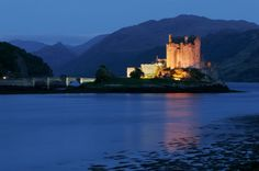 """Eilean Donan Castle - Die Burg Eilean Donan #Castle befindet sich in der Nähe von Dornie, einem kleinen Dorf in Schottland. Zur Burg gelangt man nur über eine eigenwillige steinerne Brücke. Das Gebäude diente bereits als Kulisse für den Film """"Highlander"""" und andere Kinohits. Sie wurde 1220 von Alexander II. von Schottland erbaut."""
