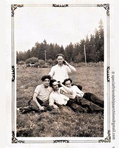 <Friends forever> Good friends (and maybe more!) in summertime. Probably in the 1940's. /// De bons amis (et peut-être plus!) lors d'une sortie en été.  Probablement dans les années 1940. #bromance #gay #vintagelove
