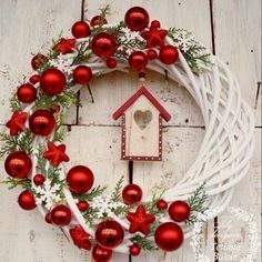 Excellent Images Christmas wreaths 2019 Style Were you aware an individual could make your own Christmas time wreath? Christmas wreaths add a lot Noel Christmas, Diy Christmas Ornaments, Simple Christmas, Christmas Music, Christmas Chandelier, Christmas Balls, Homemade Christmas, White Christmas, Christmas Projects