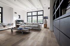 Vintage vloeren - licht interieur - salontafel op wilen - lichte bank