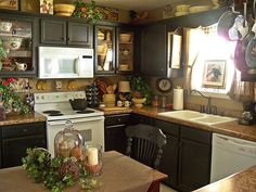 Traditional country kitchens are a design option that is often referred to as being timeless. Over the years, many people have found a traditional country kitchen design is just what they desire so they feel more at home in their kitchen. Cozy Kitchen, Primitive Kitchen, Kitchen Redo, Home Decor Kitchen, Kitchen Interior, Home Kitchens, Kitchen Dining, Kitchen Remodel, Country Primitive