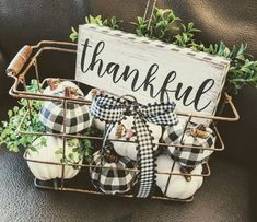 Farmhouse style home decor. Black and White Buffalo check wire basket, pumpkins,… Farmhouse style home decor. Black and White Buffalo check wire basket, pumpkins, thankful sign - Mobilier de Salon Diy Home Decor Rustic, Fall Home Decor, Autumn Home, Farmhouse Decor, Farmhouse Style, Farmhouse Ideas, Country Fall Decor, Vintage Fall Decor, Farmhouse Baskets