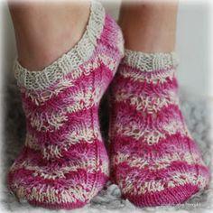 Villasukat matkalaukussa: Verrattomat varrettomat villasukat Pattern, Knitting Ideas, Warm, Fashion, Knitting And Crocheting, Patterns, Moda, Fashion Styles, Model