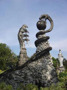 Recientemente he empezado a leer 'el mayor secreto' y me encontré bastante fascinado por el uso de la serpiente / simbolismo de reptil y la arquitectura de las antiguas civilizaciones, Angkor Wat, etc ... De todas formas, me hizo pensar acerca de este extraño templo    en el noreste de Tailandia