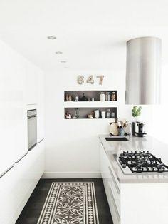 cuisine laquée blanche avec tapis blanc et noit, une belle cuisine avec intérieur blanc