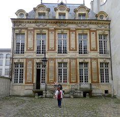 Hôtel de Chalon-Luxembourg (1625) 26, rue Geoffroy-l'Asnier Paris 75004. Facade sur cour.