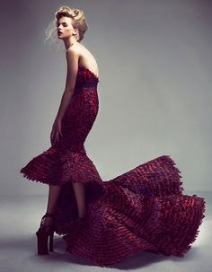 Alexander Mcqueen // Best Haute Couture ever Everything about this gown is superb: color, line and the model's S-Curve Haute Couture Style, Couture Mode, Dior Couture, Couture Fashion, Runway Fashion, Foto Fashion, Fashion Art, Editorial Fashion, High Fashion