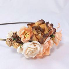 Hårbøjle med blomster i brun og pudder