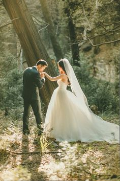 forest wedding photography Magic Hour Wedding Portraits in the Woods Wedding Picture Poses, Wedding Poses, Wedding Photoshoot, Wedding Shoot, Wedding Couples, Wedding Portraits, Wedding Ideas, Party Wedding, Wedding Ceremony