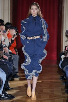 Y/Project Fall 2017 Ready-to-Wear Fashion Show look 11 this is a warning for Anaconda wrapping Dangers while you're jogging