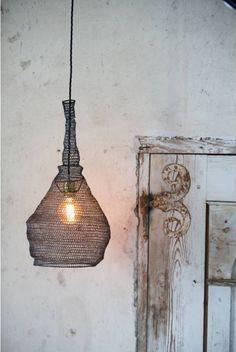 Underbar lampa stickad i ståltråd.