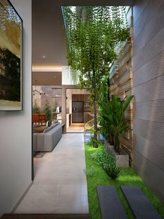 4 Homes That Feature Green Spaces Inside, With Courtyards & Terrariums Create your own indoor garden with ideas from these inspirational homes featuring courtyards, indoor plant beds, vertical planting walls, and a terrarium room. Indoor Courtyard, Indoor Garden, Home And Garden, House With Courtyard, Courtyard Gardens, Indoor Outdoor, Interior Garden, Home Interior Design, Interior And Exterior