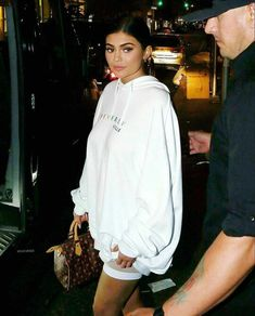 Inspirations of Kylie Jenner's Outfit for Your Casual Day - Femalikes Kylie Jenner Outfits, Photoshoot Kylie Jenner, Kylie Jenner Fotos, Trajes Kylie Jenner, Kendall Y Kylie Jenner, Looks Kylie Jenner, Kyle Jenner, Kylie Jenner Style, Kylie Jenner Fashion
