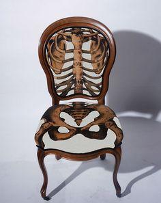 Mooi dat de benen/poten door lopen vanaf de zitting. Goed bedacht om op de rugleuning en zitting een skelet af te beelden.