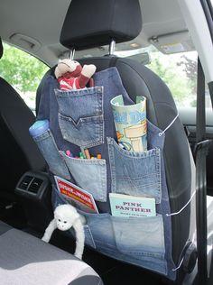Zelf te maken voor onderweg naar de (vakantie)bestemming en om alles bij de hand hebben op de achterbank; deze autostoel opbergzak!   Eenvoudig te maken van stof en oude jeans. Kijk op www.hetgoed.nl voor de beschrijving.        .