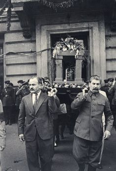 Иосиф Сталин помогает нести урну с прахом Максима Горького, 21 июня 1936 года.