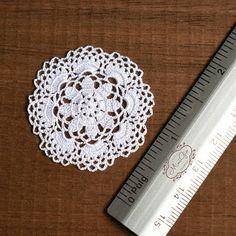 Ganchillo de miniatura redondo tapete, 1:12 mantel de ganchillo de miniatura casa de muñecas, crochet micro blanco pequeño tapetito, modelo #50