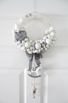 I like the big standout ornament, and the hanging ornaments. Christmas Advent Wreath, Driftwood Christmas Tree, Silver Christmas Decorations, Homemade Christmas Decorations, Christmas Mesh Wreaths, Christmas Crafts, Diy Weihnachten, Diy Wreath, Christmas Inspiration