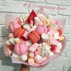 Bouquet 💐 of Sweet Treats Cupcake Flower Bouquets, Food Bouquet, Edible Bouquets, Flower Cupcakes, Candy Bouquet, Boquet, Bar A Bonbon, Candy Flowers, Alternative Bouquet