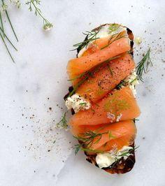 Les aliments qui font pousser les cheveux: le saumon et son bon gras et ses Omega 3 qui fortifient le follicule pileux pour accélérer la pousse.