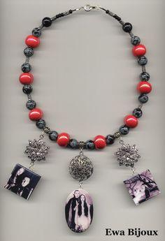 Collier avec pendentifs en bois, breloques en métal, perles en obsidienne et en céramique.
