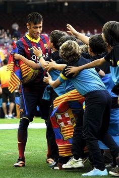 Neymar, afectuós amb la mainada en la seva presentació
