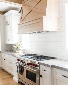 Here are the Modern Farmhouse Kitchen Backsplash Ideas. This article about Modern Farmhouse Kitchen Backsplash Ideas was posted under the … Modern Farmhouse Design, Farmhouse Style Kitchen, Modern Farmhouse Kitchens, Home Decor Kitchen, New Kitchen, Home Kitchens, Dream Kitchens, Kitchen Ideas, Farmhouse Ideas