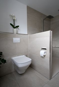 Das WC verschwindet hinter einer Trennwand und wird so von der bodenebenen Dusche abgegrenzt. Small Bathroom Vanities, Bathroom Plans, Bathroom Renovations, Modern Bathroom, Bathroom Ideas, Bathroom Updates, Fully Tiled Bathroom, Slate Bathroom, Diy Bathroom