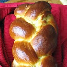 challah bread Classic Challah: I think Im going to have to try my hand at this. One of my favorite memories was when dad would bring fresh baked challah from the Jewish bakery in town, especially the challah with golden raisins. Baking Flour, Bread Baking, Challa Bread, Challah Bread Recipes, Braided Bread, Bread Machine Recipes, Challah Bread Recipe Bread Machine, Smitten Kitchen, Gastronomia