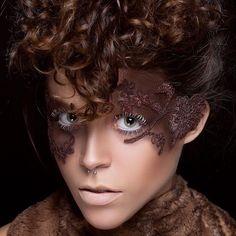 Aplicação de renda no rosto  PH:@dilsonferreira #conceptualmakeup #makeup #whitelashes #renda #lace #mua