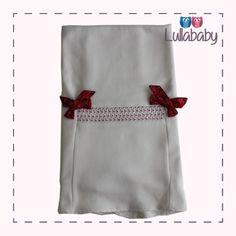 Manta forrada 100% algodão tricotado off white, com bordado casa de abelha e laço em tafetá.  Fornecedor: Petit Calin http://www.lullababy.com.br/pd-FCD54.html