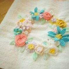 언제나 머리아프지만 예쁜 꽃자수.. 놓고나면 손이 얼얼합니다.. . . #꽃자수 #프랑스자수 #서양자수 #입체자수 #embroidery #woolstitch #수틀 #꽃 #자수타그램 #stitch