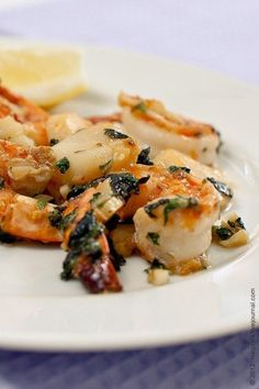 Фото к рецепту: Креветки и морские гребешки с чесноком и базиликом