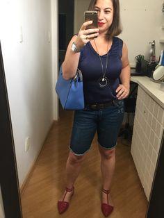 Regata azul marinho de cetim + bermuda jeans + bolsa azul Kate Spade * sapatilha vermelha de bico fino pra quebrar o look monocromático. Dia 6 do #desafiodocloset