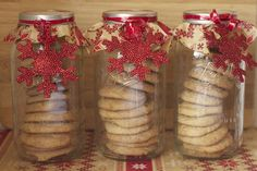 DIY Christmas treats in a mason jar. Use half-gallon mason jars to gift 1 dozen cookies. Decorate with rustic wrapping paper and adorn with a simple ornament.  #fbcookieswap