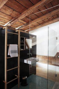 modern bathroom in a chalet Open Bathroom, Attic Bathroom, Bathrooms, Glass Bathroom, Interior Design Advice, Interior Decorating, Ceiling Treatments, Log Homes, Bathroom Inspiration