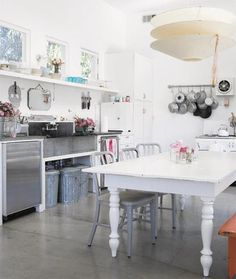 Browse through the best Bohemian kitchen photos and find inspiration for interior design ideas and home decor style at Redonline. Industrial Style Kitchen, Bohemian Kitchen, Shabby Chic Kitchen, Vintage Kitchen, Funky Kitchen, White Industrial, Kitchen White, Vintage Table, Home Design