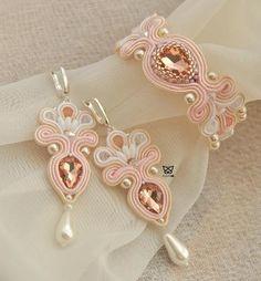Biżuteria ślubna haftowana z sutaszu, szklanych perełek, kryształków i jadeitów. Funky Jewelry, Boho Jewelry, Jewelry Crafts, Beaded Jewelry, Jewelery, Handmade Jewelry, Diy Ribbon Earrings, Tassel Earrings, Soutache Necklace