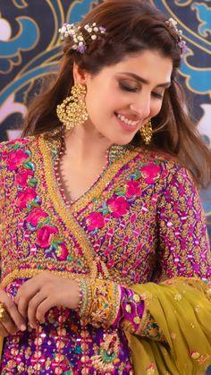 Sarah Beautiful Pakistani Dresses, Pakistani Dress Design, Beautiful Hijab, Beautiful Bride, Mahira Khan Pics, Indian Bridal Photos, Pakistani Wedding Outfits, Wedding Hijab, Mehndi Dress