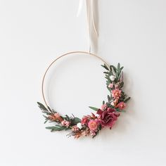 Discover recipes, home ideas, style inspiration and other ideas to try. Deco Floral, Arte Floral, Dried Flower Wreaths, Dried Flowers, Etsy Embroidery, Simple Embroidery, Diy Fleur, Fleurs Diy, Dried Flower Arrangements