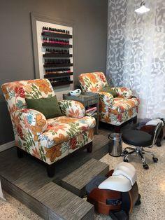 Pedicure area, platform and pedi bowls Home Nail Salon, Nail Salon Design, Nail Salon Decor, Salon Interior Design, Salon Decorating, Decorating Ideas, Pedicure Station, Barber Shop Decor, Lounge Design