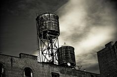 water tanks manhattan | Water tanks on a building roof in SoHo, Manhattan, New York, 2009 ...