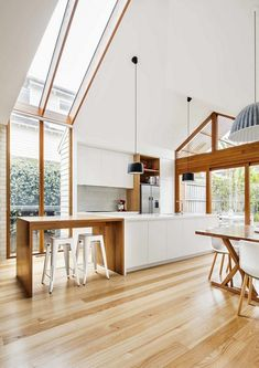 Modern house extension to a traditional house located in Melbourne, Australia, designed in 2016 by Sheri Haby Architects. Modern house extension to a traditional house located in Melbourne, Australia, designed in 2016 by Sheri Haby Architects. Cottage House Designs, Cottage Homes, Edwardian Haus, Weatherboard House, Gable House, Best Modern House Design, House Extensions, Classic House, Home Living