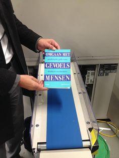Het tweede boek van dit jaar is klaar. Zojuist het nieuwe boek 'Omgaan met gevoelsmensen' van Sjaak Overbeeke opgehaald bij de drukker. Heel veel succes met je nieuwe boek Sjaak. #omgaanmetgevoelsmensen #sjaakoverbeeke #futurouitgevers